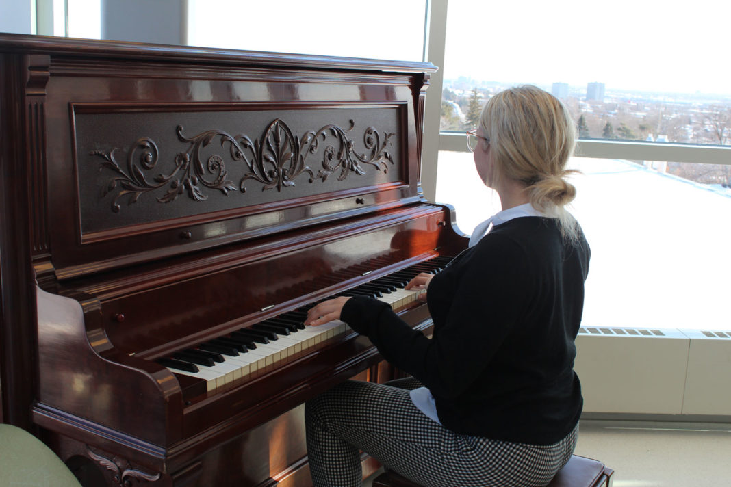 Une fille qui joue au piano