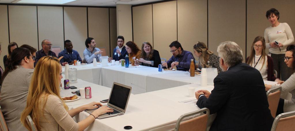 Groupe qui mange à une table