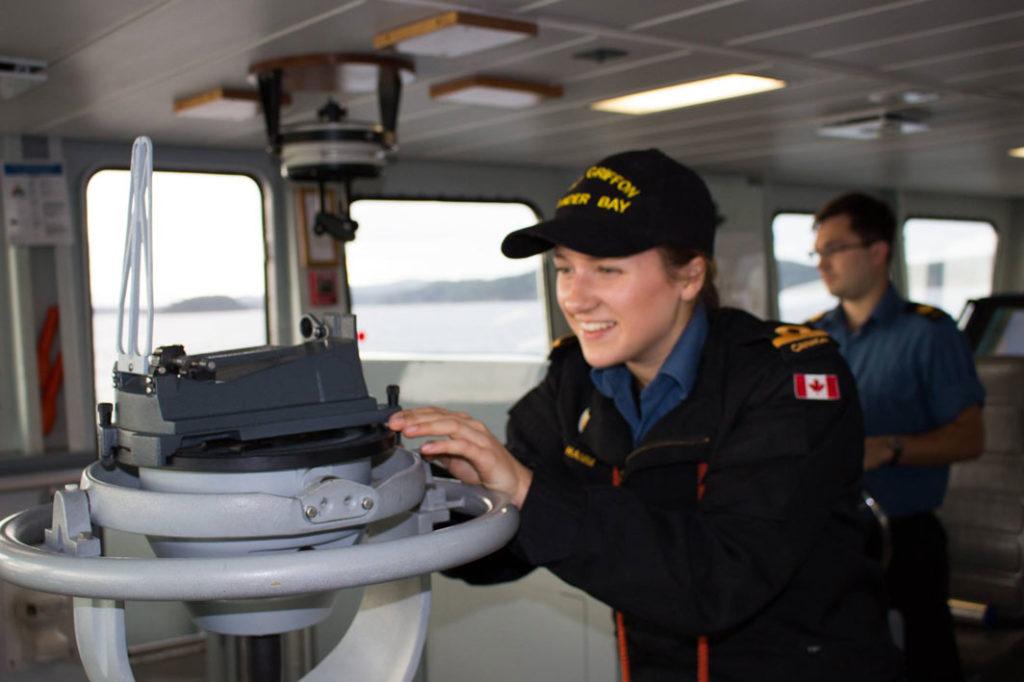 Jeune réserviste marine navale sur un bateau