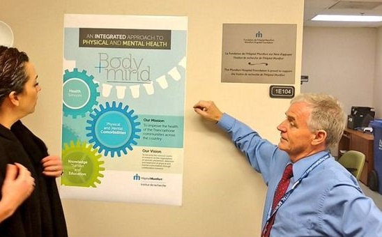 Dr Prud'homme rencontre des représentants du Council of Academic Hospitals of Ontario dans les locaux du laboratoire à Montfort.