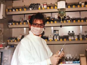 Une infirmière prépare des médicaments
