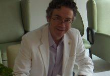 Homme souriant, vêtu d'un saraut blanc