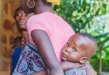 Mère portant son bébé