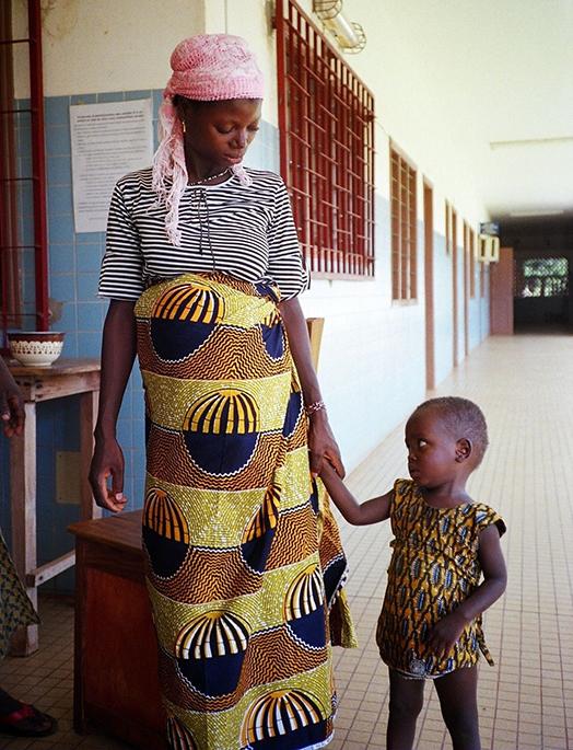 Une mère qui tient son enfant par la main