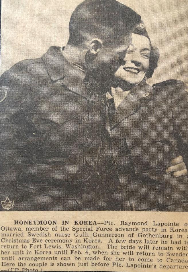Coupure de journal d'archive montrant un couple qui s'embrasse
