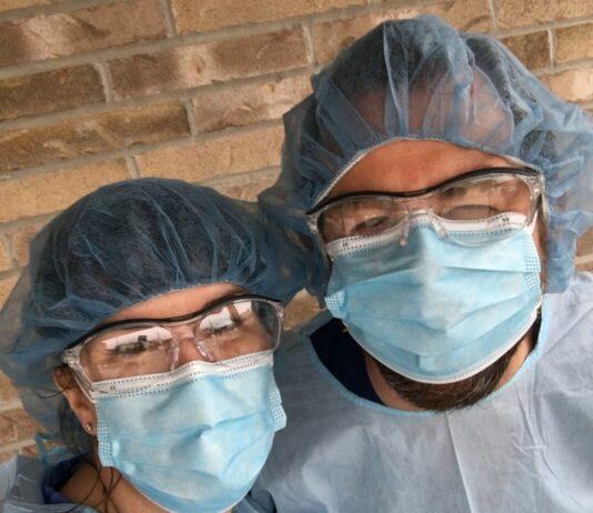 Deux personnes masquées