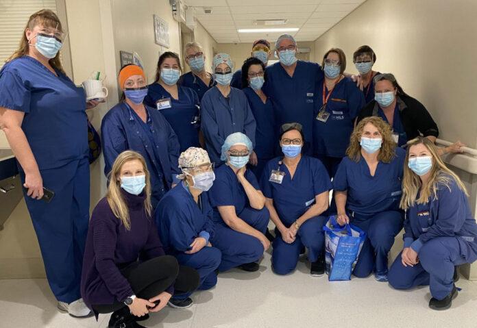 Une équipe en scrubs bleu marin dans un hôpital