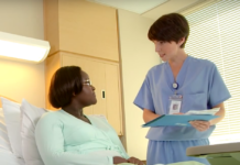 Infirmière blanche qui parle avec une femme noire