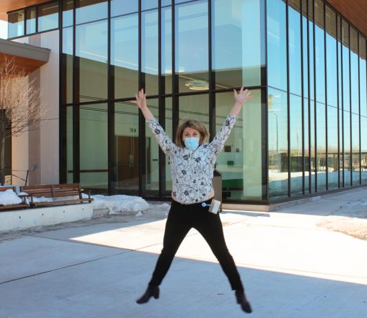 femme qui saute devant un édifice