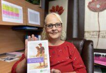 Femme blonde avec chandail rouge qui tient un pamphlet sur la retraite