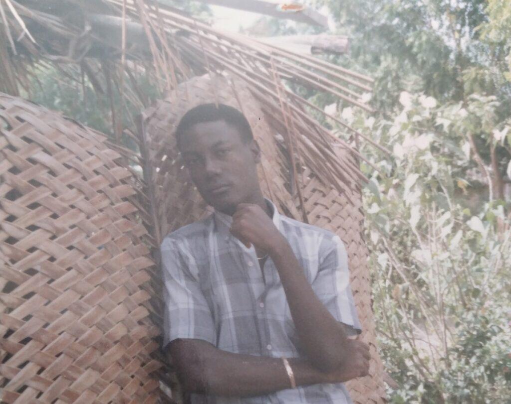 Jeune homme appuyé sur un mur à l'extérieur