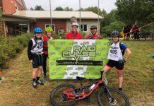 5 adultes devant une bannière en équipement sportif
